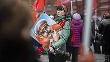 Женщина с портретом И. Сталина перед возложением цветов к месту захоронения Иосифа Сталина