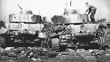Советский солдат осматривает подбитые танки Pz-4 20-й танковой дивизии в окрестностях Бобруйска