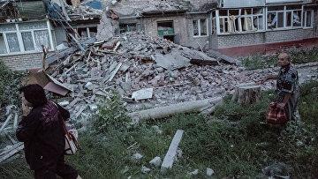 Последствия артиллерийского обстрела украинскими военными микрорайона Артема в Славянске