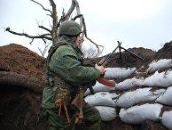 Боец ополчения ДНР на позиции у линии соприкосновения