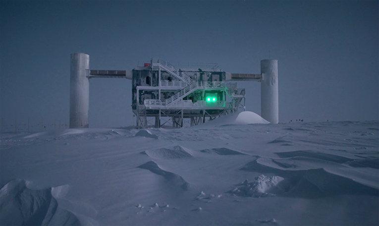 Нейтринная обсерватория IceCube находится в окрестностях южного полюса в Антарктиде. Архивное фото