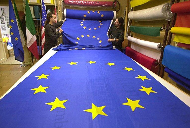Стометровое полотно с флагами Европейского союза