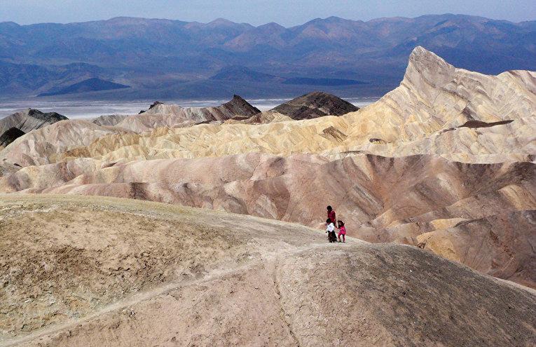 Туристы в национальном заповеднике Долине Смерти в Калифорнии