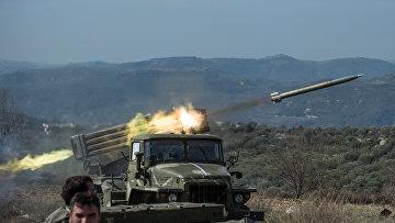 """Артиллеристы сирийской армии стреляют с применением систем залпового огня """"Град"""" на позициях в провинции Идлиб"""
