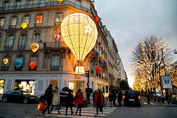 Праздничное украшение магазина «Диор» (Dior) в Париже