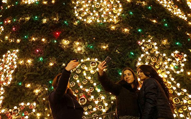 Селфи у рождественской елки в Тбилиси