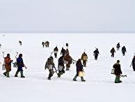 Рыбаки - участники рыболовного фестиваля выходят на лед