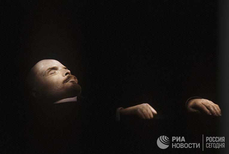 Тело Владимира Ильича Ленина в Мавзолее