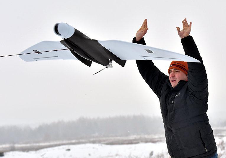 Оператор запускает украинский беспилотный разведывательный аппарат «Зритель-М» (Spectator-M)