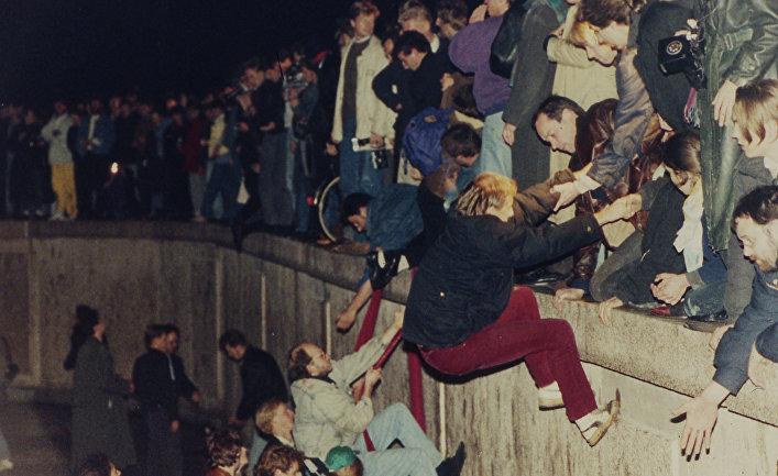 Жители Восточного и Западного Берлина на Берлинской стене