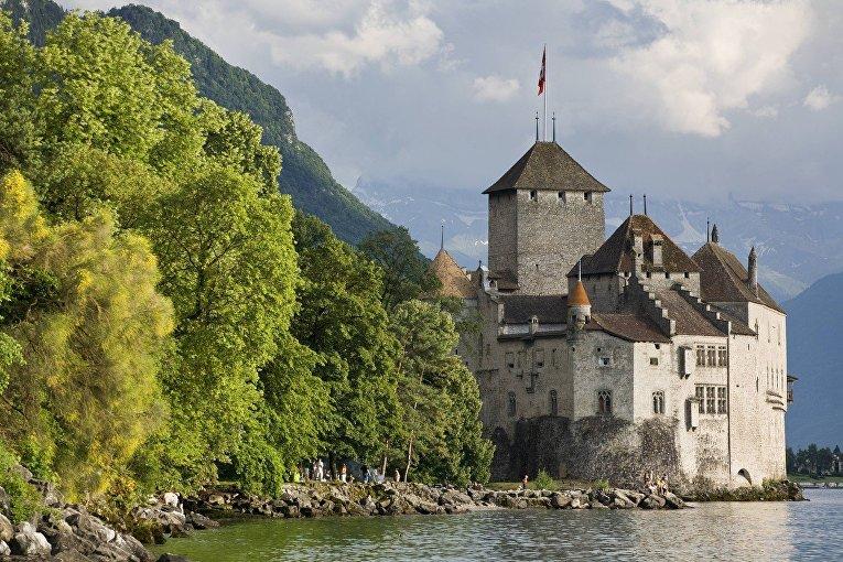 Шильонский замок на берегу Женевского озера в Швейцарии