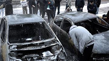 Автомобили, сгоревшие в результате акций протеста в пригороде Стокгольма Ринкеби, Швеция
