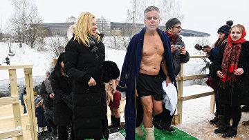 Посол США в РФ Джон Хантсман во время крещенского купания