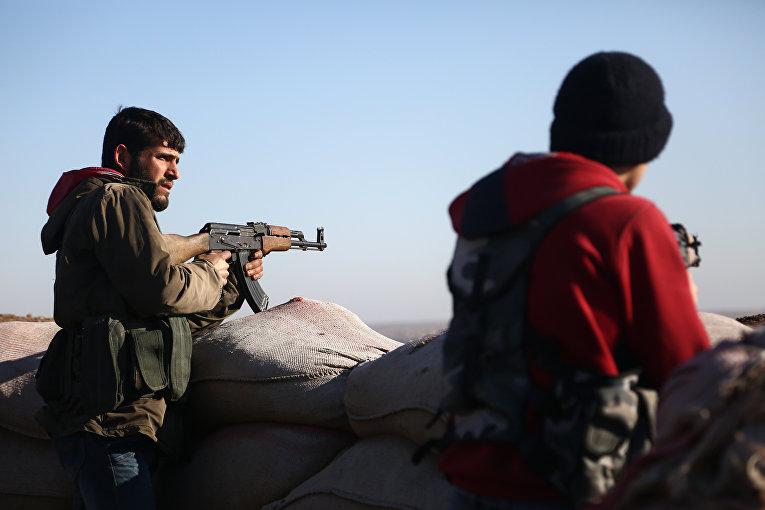 """Бойцы """"Свободной сирийской армии"""" стреляют в позиции курдов в районе Африн. 20 января 2018"""