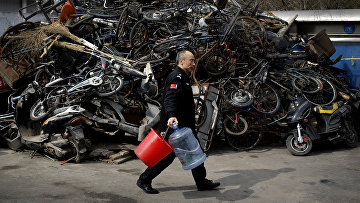 Свалка велосипедов возле центра утилизации отходов в Пекине