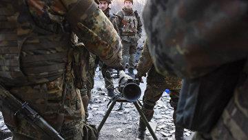 Бойцы батальона «Азов» готовят к бою противотанковый ракетный комплекс в городе Широкино