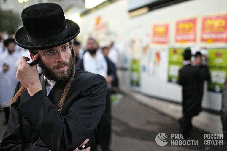 Еврейские паломники хасиды у синагоги в Умани, Украина, в еврейский Новый год