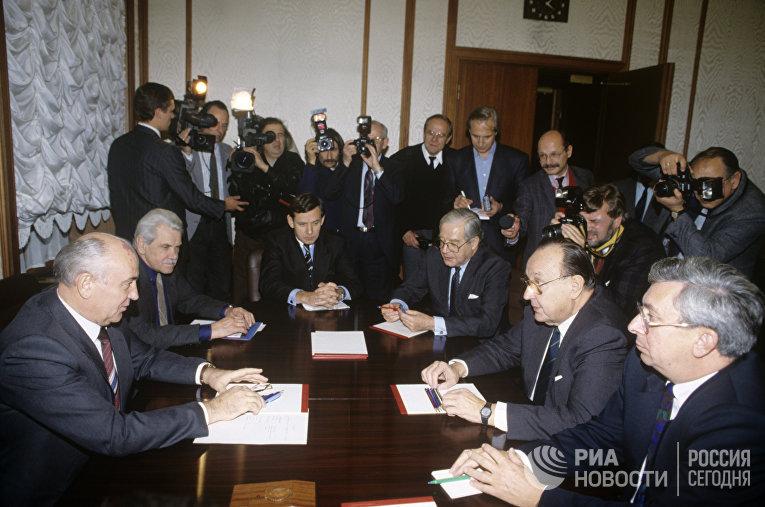 Президент СССР Михаил Горбачев и министр иностранных дел ФРГ Ганс-Дитрих Геншер