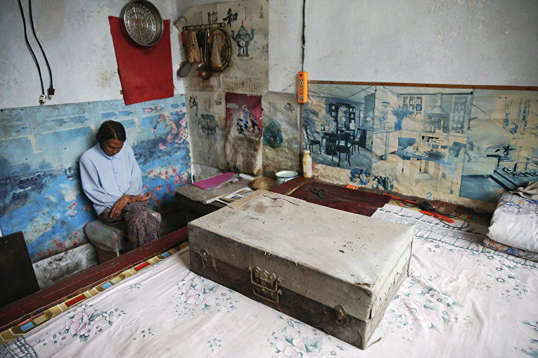 Жэнь Ланэ в своем доме в городе Гучэн, провинция Шаньси