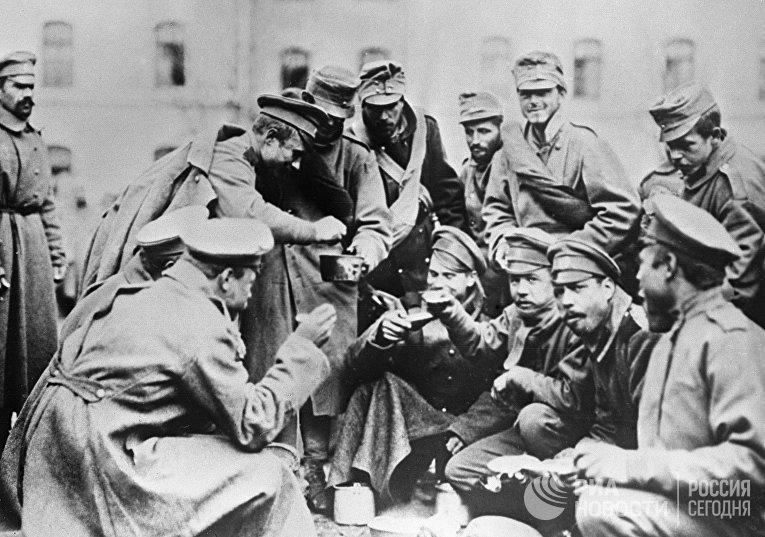 Русские солдаты наливают суп австрийцу на русско-германском фронте