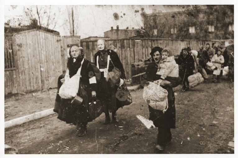 Люди в Лодзинском гетто в Польше перед депортацией в концентрационный лагерь Хелмно. 1942