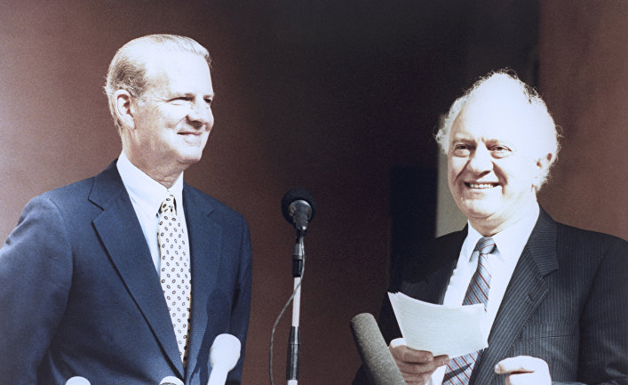 Госсекретарь США Джеймс Бейкер (слева) и министр иностранных дел СССР Эдуард Шеварднадзе