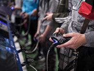 Геймеры играют в приставку Playstation 4 на Paris Games Week в Париже