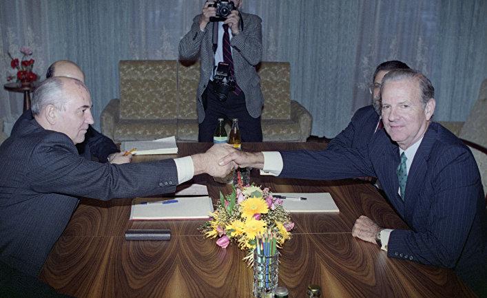 Президент СССР Михаил Горбачев и Госсекретарь США Джеймс Бейкер