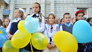 Украинские ученики на торжественной линейке, посвященной Дню знаний