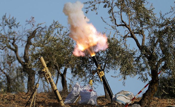 Поддерживаемые Турцией боевики свободной сирийской армии ведут огонь из минометов в горах Барсая, к северо-востоку от Африн
