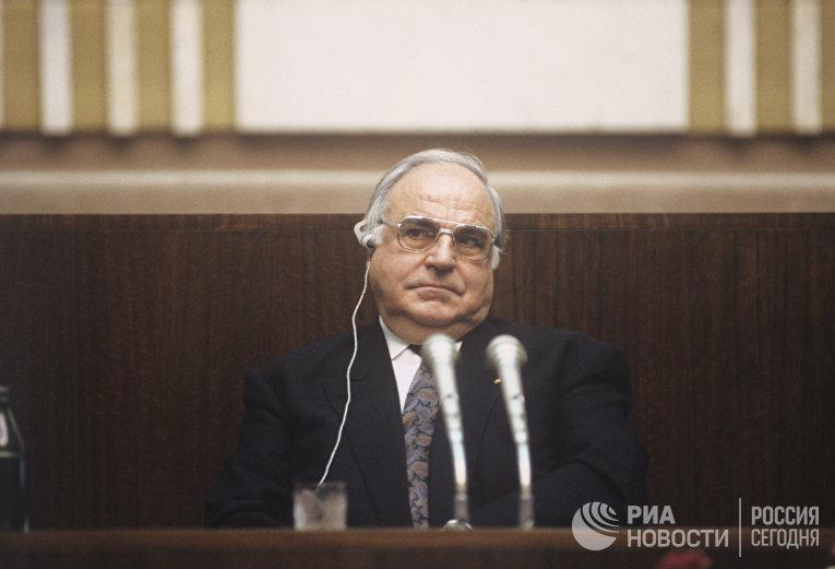 Бундесканцлер Гельмут Коль во время пресс-конференции в Москве