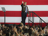 Президент США Дональд Трамп на американской авиабазе Йокота в Японии