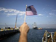 Мужчина встречает эскадренный миноносец USS Dewey во время прибытия на военно-морскую базу Сан-Диего