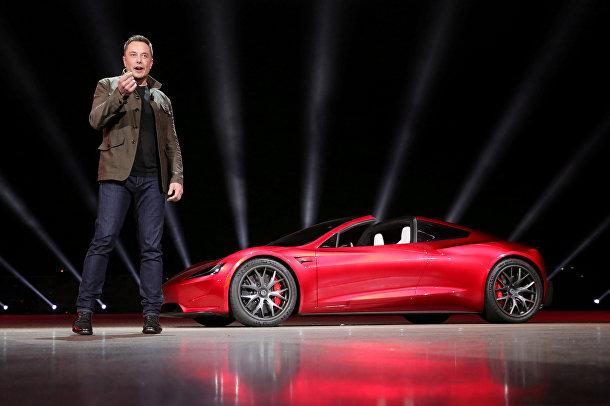 Генеральный директор Tesla Илон Маск во время презентации электромобиля «Тесла Роадстер 2»