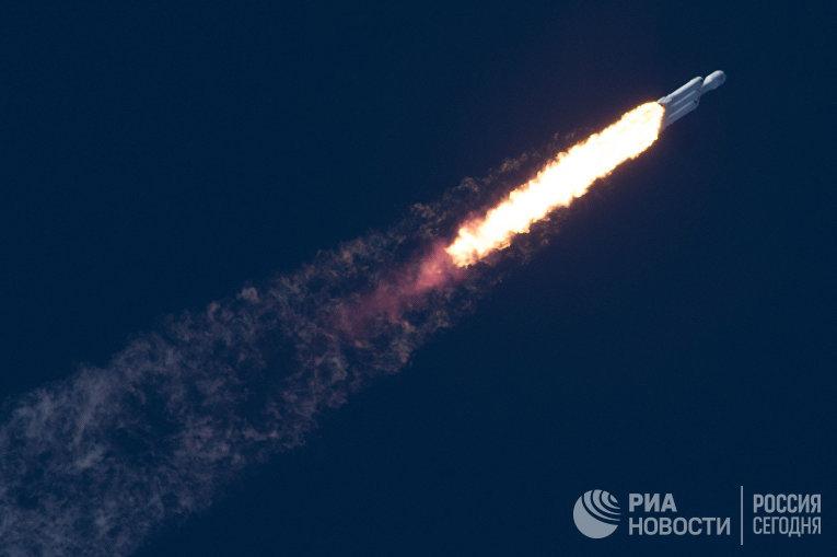 Ракета-носитель Falcon Heavy компании SpaceX успешно стартовала с мыса Канаверал. 6 февраля 2018