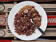 Быстрое рагу из свинины и гречка с брусникой и миндалем