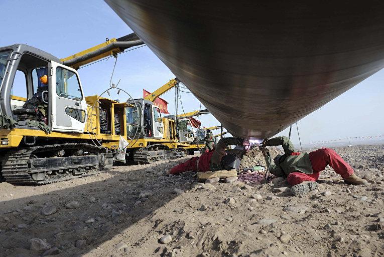 Сварка труб на строительной площадке второго проекта газопровода «Запад-Восток»