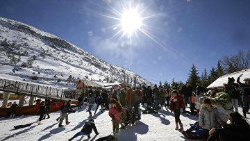 Посетители горнолыжного курорта на Голанских высотах на границе Израиля и Сирии