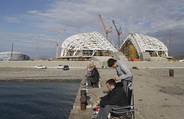 Сочинцы рыбачят у олимпийского стадиона «Фишт»