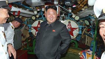 Северокорейский лидер Ким Чен Ын на подводной лодке во время инспекции вооруженных сил КНДР