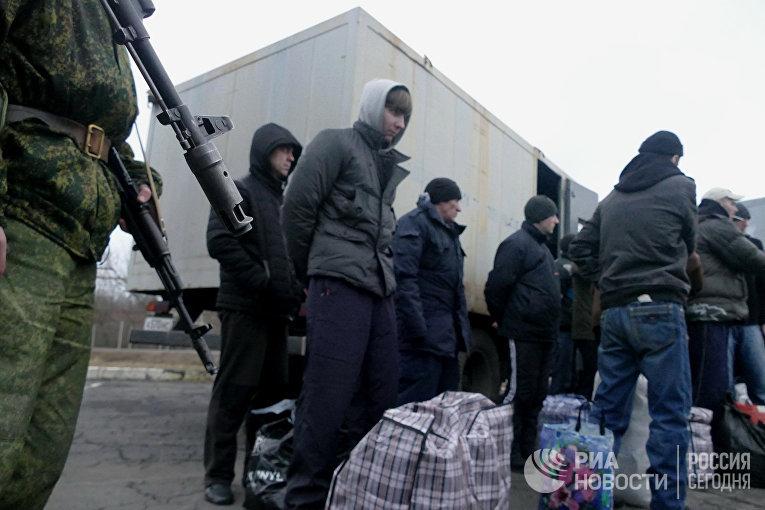 Украинские пленные во время обмена пленными между ЛНР и ДНР и Киевом между поселками Майорск и Горловка. 27 декабря 2017