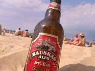 Бутылка пива на пляже недалеко от Риги, Латвия