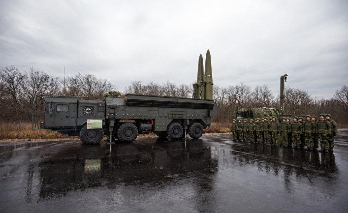 Военнослужащие научениях наоперативно-тактическом ракетном комплексе (ОТРК) «Искандер»