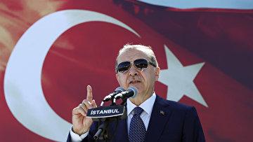 Президент Турции Реджеп Тайип Эрдоган выступает с речью в Стамбуле