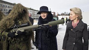 Президент Литвы Даля Грибаускайте и военнослужащий НАТО на военной базе в Рукле