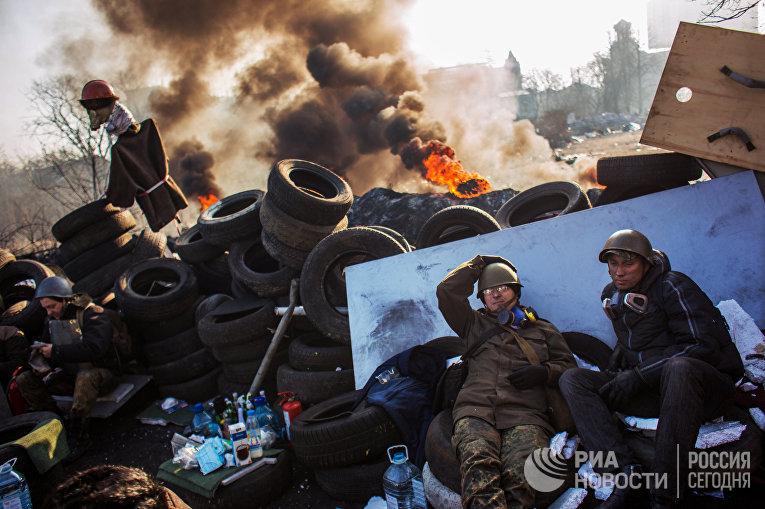 Сторонники радикальной оппозиции на баррикаде Институтской улицы в Киеве. Февраль 2014