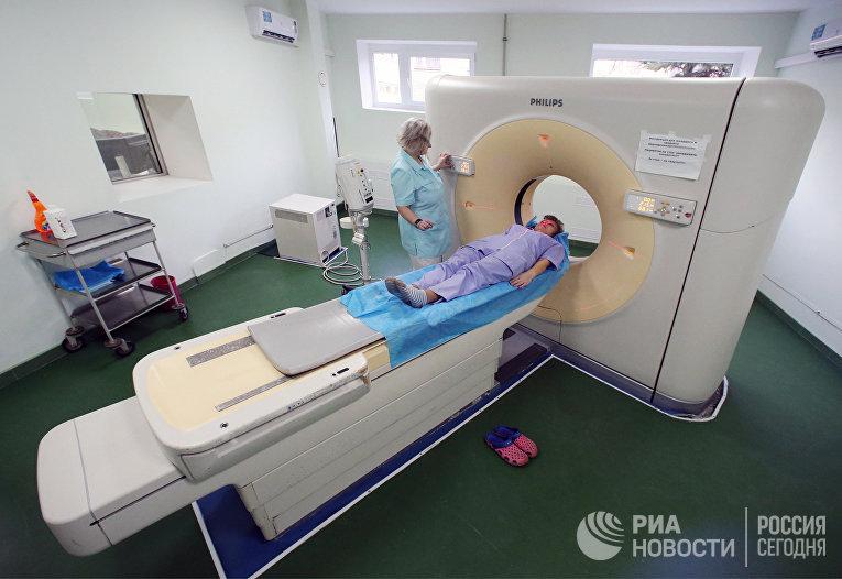 Пациент проходит обследование на компьютерном томографе