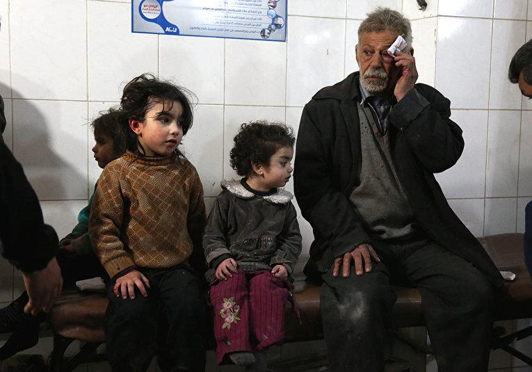 Раненные во время бомбардировок в госпитале в Кафр-Батне в Восточной Гуте на окрайне Дамаска