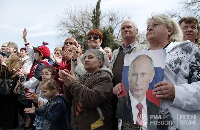 """Жители Севастополя смотрят трансляцию ежегодной программы """"Прямая линия с Владимиром Путиным"""""""