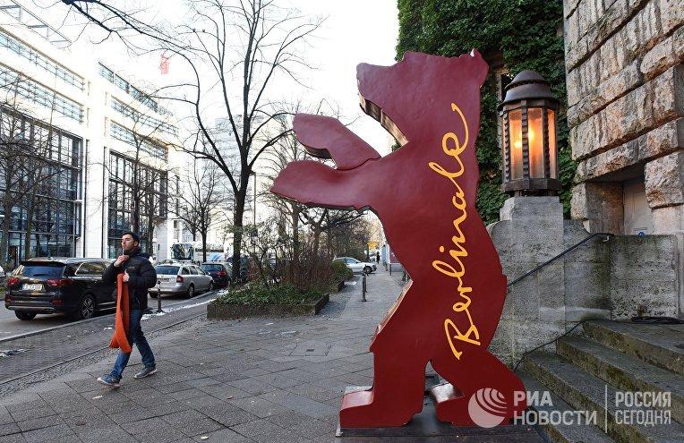 Символ Берлинского международного кинофестиваля на одной из улиц Берлина